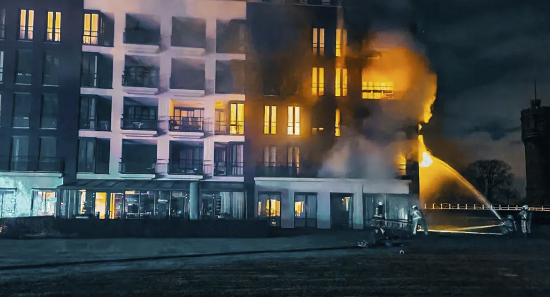 Foto van de brand in het appartementencomplex aan de Stadshagen in Delden